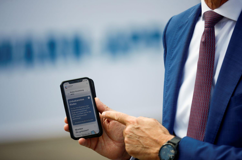 Timotheus Hoettges, PDG de Deutsche Telekom AG, avec un téléphone mobile équipé de l'application Corona Warn, l'application de suivi allemande.